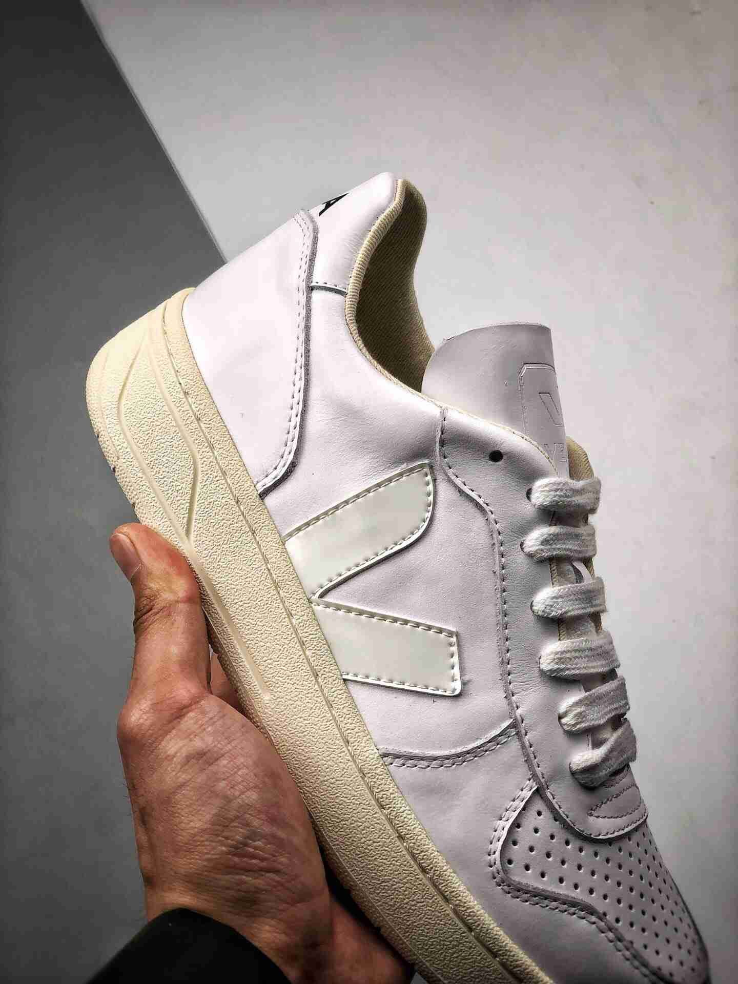 Veja Leather Extra Sneakers 经典小白板鞋