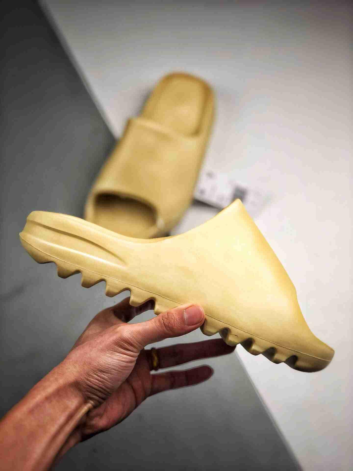 "Kanye West x Yeezy Slide""Resin"" 椰子拖鞋"